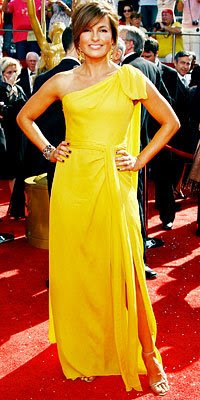 Marishka-Hargitay-in-yellow-on-the-red-carpet-Emmys-2008.