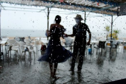 couple-dancing-in-the-rain-patranila-project