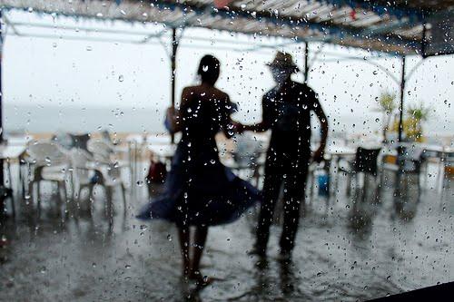 couple-dancing-in-the-rain-patranila-project