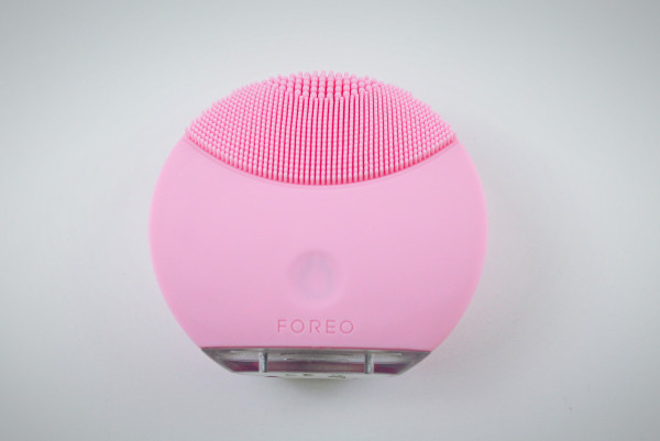 FOREO Luna Mini in Petal Pink. The front of the device has small silicone touch points best for dry skin.