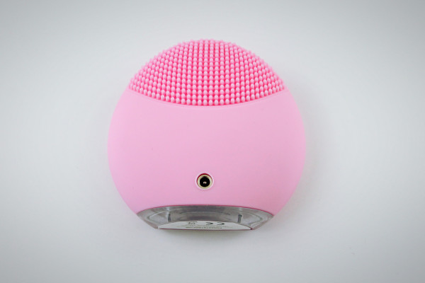 The back of the FOREO Luna Mini has large silicone touch points best used for oily skin.