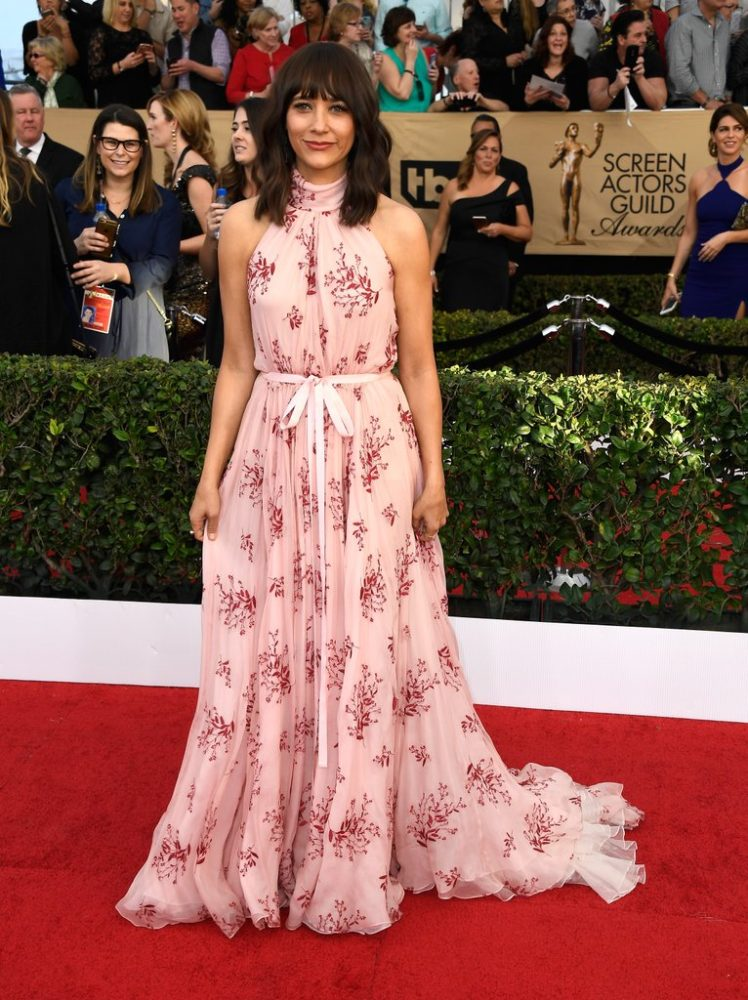 2017-sag-awards-rashida-jones-pink-floral